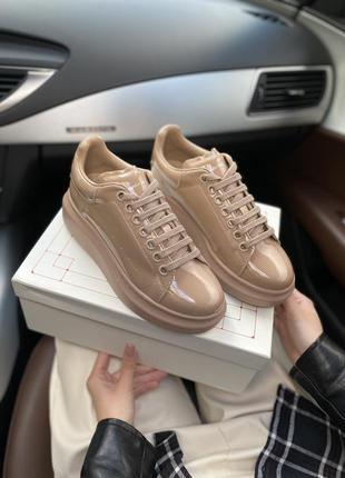 Стильные женские кроссовки alexander mcqueen lackered beige бе...