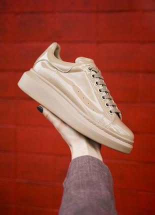 Трендовые женские кроссовки alexander mcqueen lackered beige б...