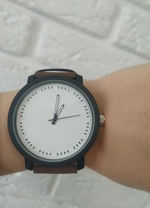 Классные часы с белым циферблатом