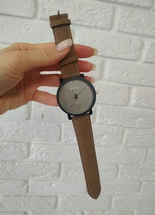 Стильные коричневые часы