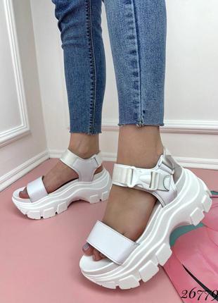 Белые сандалии на тракторной подошве, босоножки