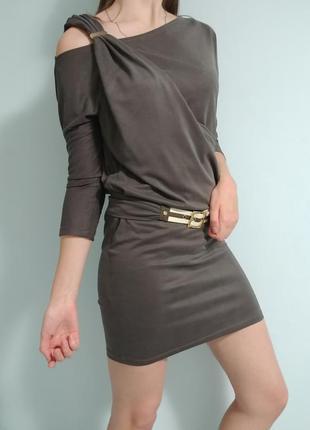 Серое платье с открытым плечом