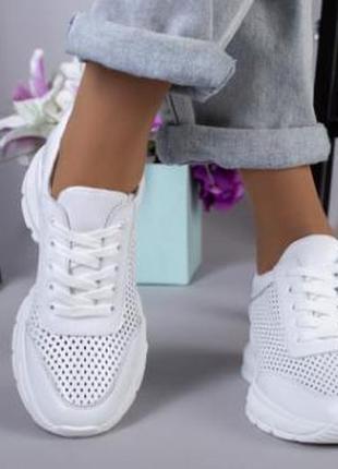 Женские кроссовки со сквозной перфорацией