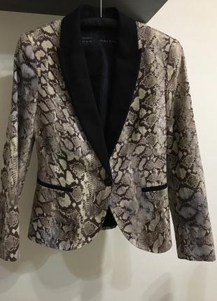 Актуальный пиджак с энималистичным трендовым принтом zara m