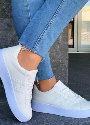 Стильные женские кроссовки белые тренд 2020