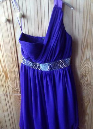 Яркое фиолетовое платье с одним плечом и стразами