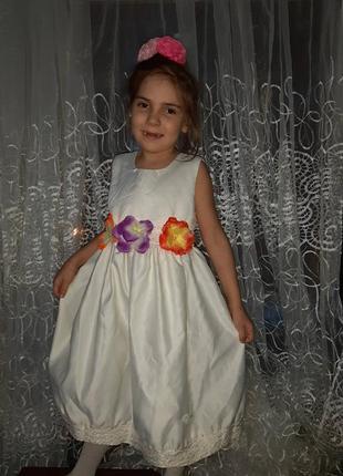 Продам кремовое нарядное платье с разноцветными цветами и бабо...