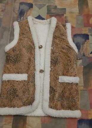 Продам женскую жилетку на овчине, размер 48-50