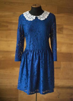 Нарядное синее гипюровое платье с белым кружевным воротником t...