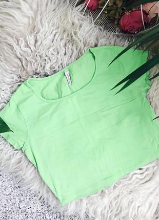 Яркий кроп- топ зеленого цвета