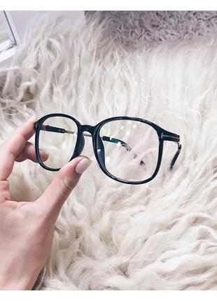 Стильные очки с прозрачными стёклами
