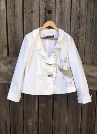 Красивый белый женский жакет, нарядный пиджак