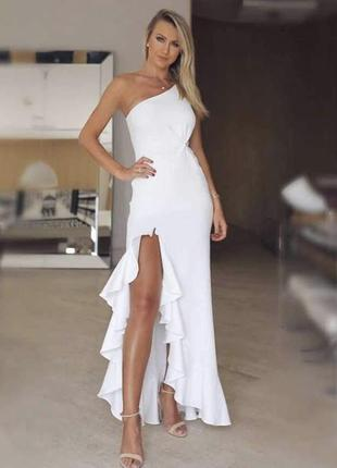 Белое длинное платье на одно плечо с разрезом на ноге