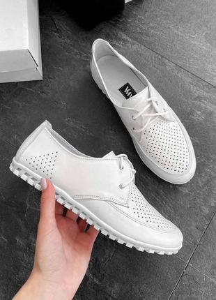 Кожаные женские белые туфли мокасины с перфорацией на шнурках ...