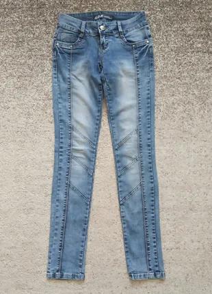 Женские джинсы голубого цвета, прямого покроя. Размер S