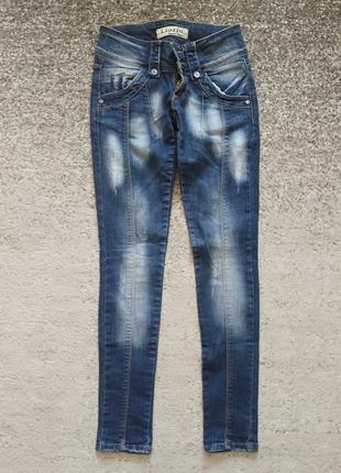 Женские джинсы голубого цвета с эффектом потертости, размер S
