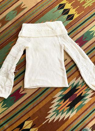 Белый свитер с оголенными плечами и ажурными рукавами
