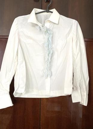 Белая капроновая рубашка с длинным рукавом  с воротником и жабо