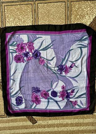 Легкий лиловый платок с цветами