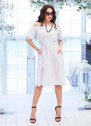 Модное белое в мелкий горошек платье с открытыми плечами