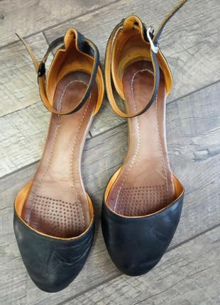 Босоножки с закрытым носком с ремешком низкий ход