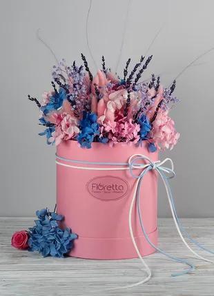 Живые стабилизированные цветы в шляпной коробке.