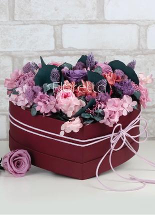Живые стабилизированные цветы в коробке-сердце.