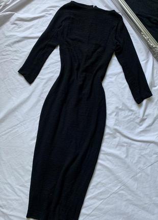 Черное платье ниже колен