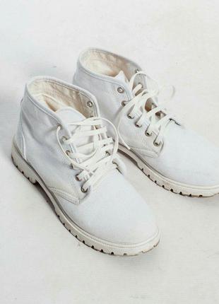 Белые текстильные ботинки на шнурках.