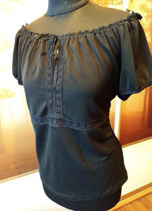 Блузка со спущенными плечами и кружевом
