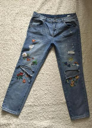 Рваные джинсы с вышивкой посадка мом бойфренды