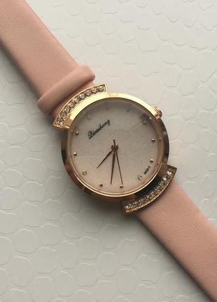 Женские кварцевые часы на ремешке