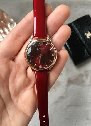 Стильные женские часы на ремешке