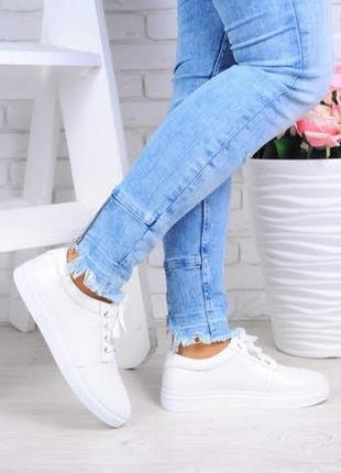 Модные белые кожаные кеды