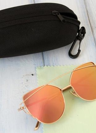 Женские солнцезащитные очки в футляре