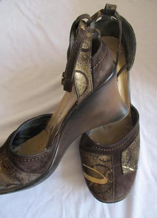 Коричневые замшевые туфли на танкетке