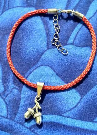 Браслет-красная нить с подвеской жёлуди.