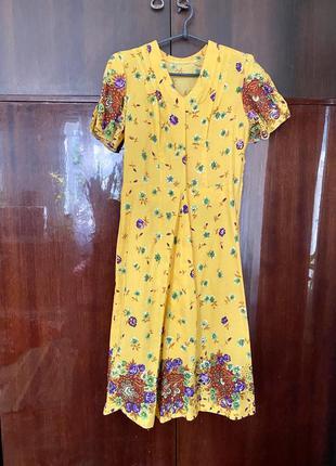 Яркое легкое платье с цветочным принтом