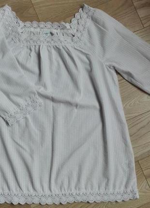 Очень красивая белая блуза с кружевом