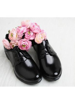 Кожаные лаковые женские черные туфли оксфорды на шнурках натур...