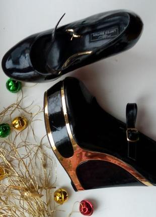 Черные лаковые туфли с золотом на танкетке new look