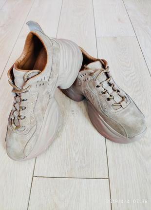 Крутые замшевые кроссовки на платформе