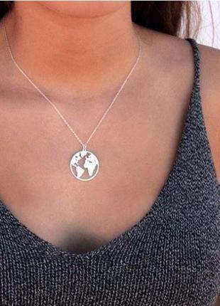 Ожерелье цепочка с подвеской карта мира серебристого цвета