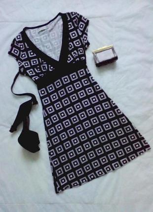 Оригинальное платье-туника с узором и вшитым поясом-завязкой