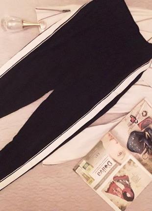 Женские черные брюки с контрастными лампасами — стильный тренд...