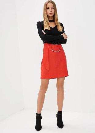 Светло красная юбка а-силуэта с большим кольцом на поясе lost ink