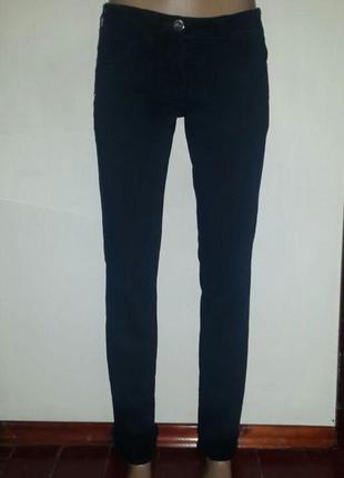 Базовые черные зауженные джинсы c паетками на карманах средняя...