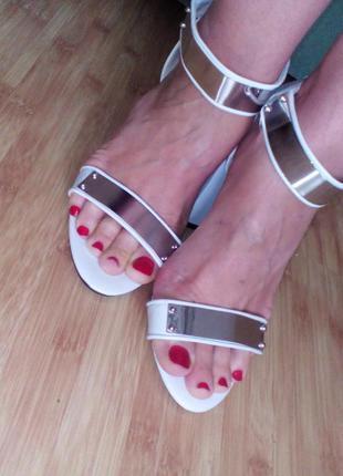 Босоножки на каблуке с металлическим декором mohito