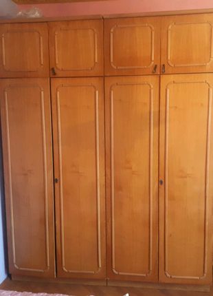 Меблі в спальню( 2 шафи, 2 тумбочки і туалетний столик)