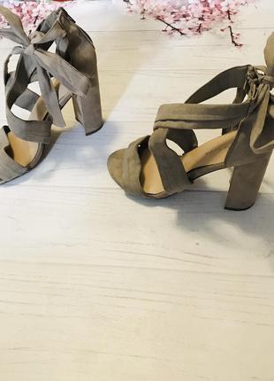 Босоножки на завязках модные толстый каблук